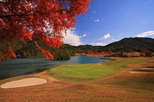 画像: 同じく18番。グリーン奥からの眺め。秋の深まりとともに山並みの色彩も豊かに