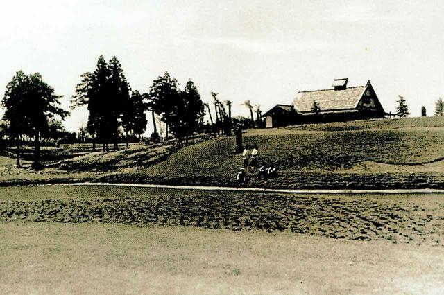 画像: 昭和15年頃のコース風景。クラブハウスの周辺には樹木がなく、この写真からは現在の小金井を想像できない