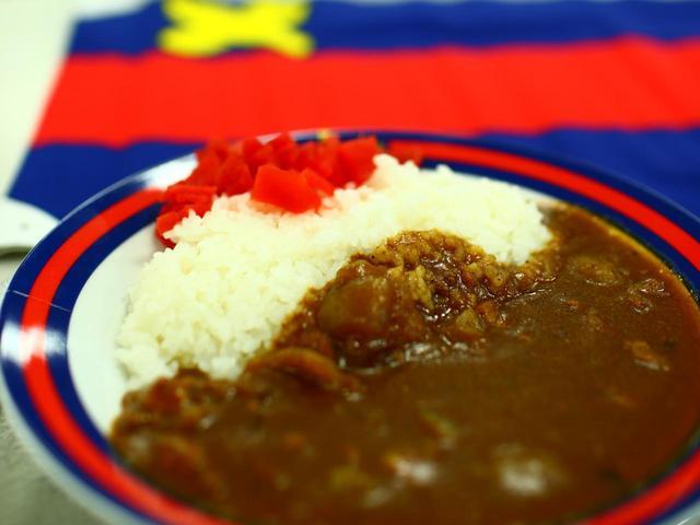 画像: 三田キャンパス内にある学食「山食」。昔ながらの懐かしいカレーは学生に人気。お皿も慶應カラーでおしゃれ