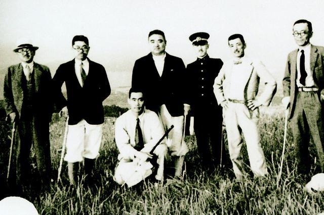 画像: 現地踏査するコース設計担当の新田恭一(左から3人目)
