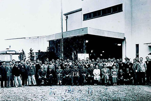画像: 昭和26年4月10日に全関東プロ招待競技が行なわれた。当時は米軍の管理下にあったため将校が参列している