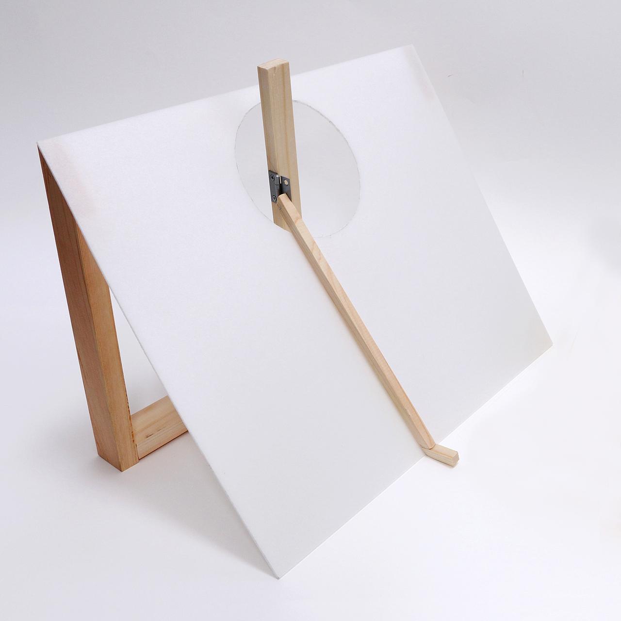 画像: 週刊GD編集部が再現したゴルフィングマシーンの概念模型。回転の軸となる部分に装着された水平方向と上下方向に動く2つのヒンジが、腕(クラブ)をプレーン上に保つ