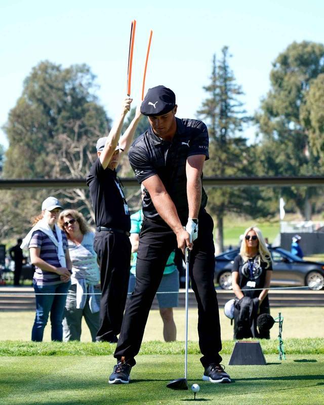 画像: 左腕とクラブが一直線。ゴルフィングマシーンでは左肩が支点