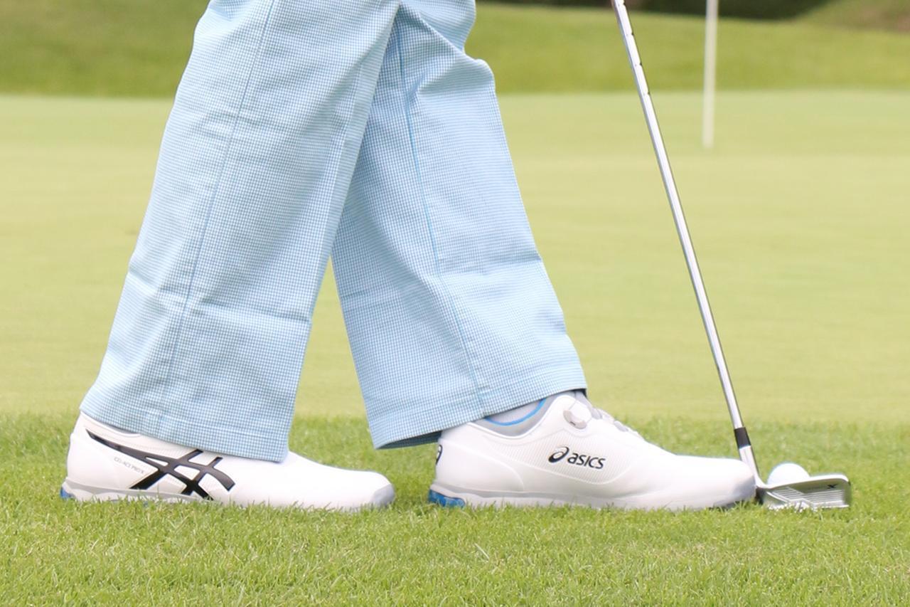 画像: 「ボールとの距離は靴一足ぶん。それよりも遠いと、インに引きやすく、近すぎると振りにくくても当たり方が安定しません」
