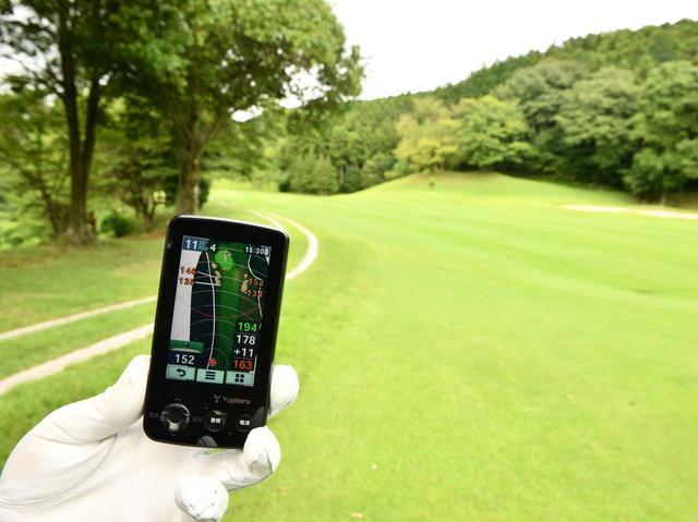 画像: ティショットが左のラフへ。せり出した木でピンが見えなくても、GPSなら問題なし。グリーン周囲の状況もわかるのでレイアップするのも安心。ピンだけでなくバンカーや池までの距離が把握できるのはGPSならでは