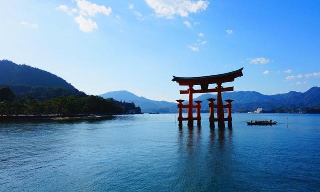 画像: 厳島神社の玄関口、大鳥居
