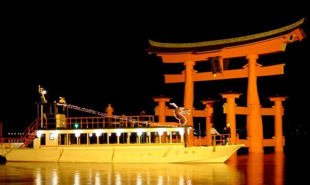 画像: 夜はライトアップした厳島神社へナイトクルージング