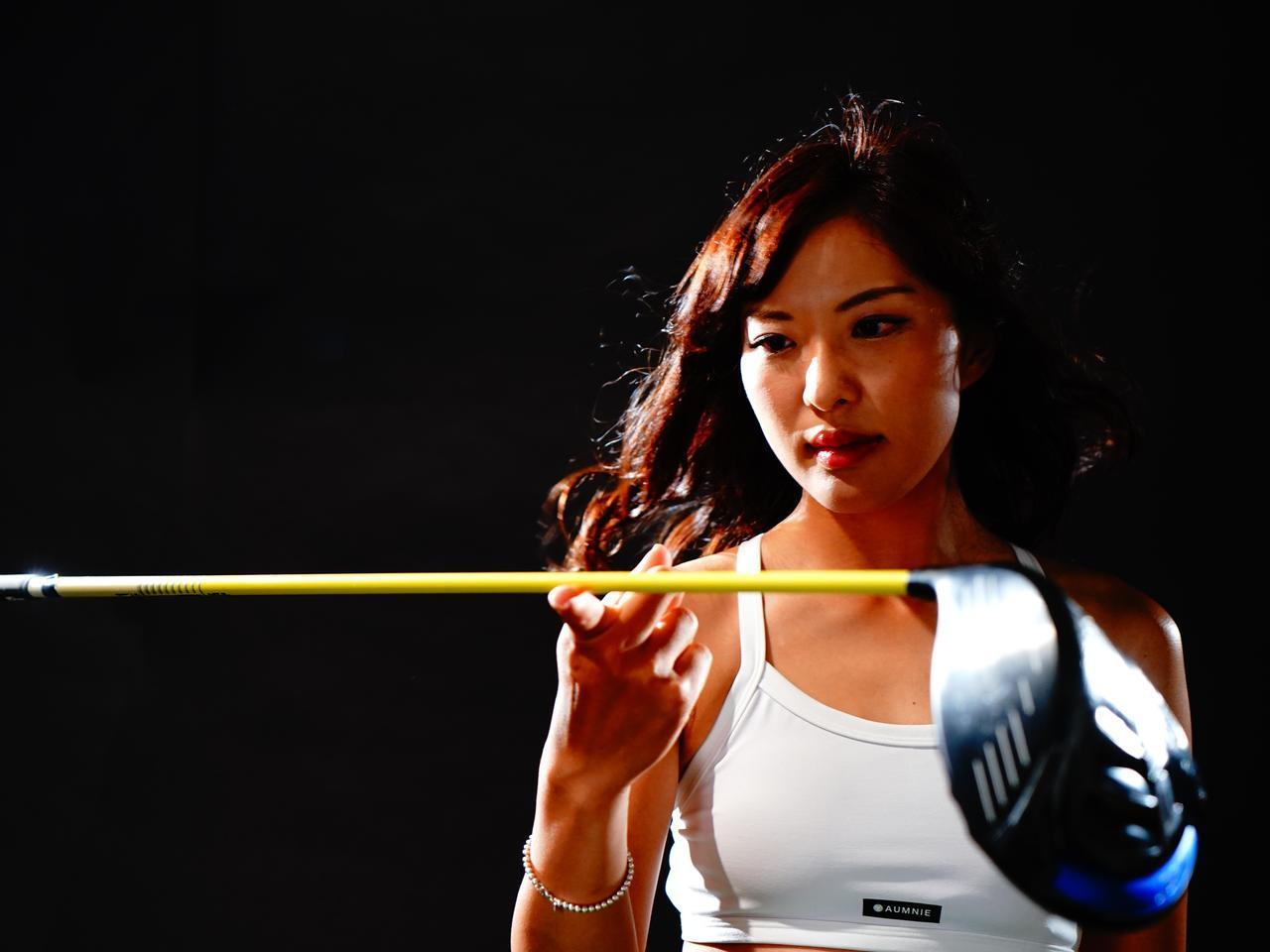 画像: 【重心点とは】 指一本でクラブを支えられるポイントが重心点。ここを意識することでより振りやすくなる