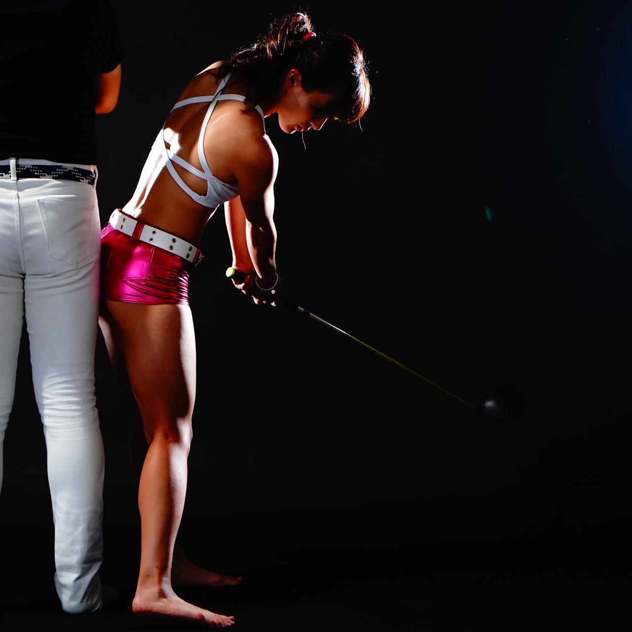 画像: 回転を意識すると体が起き上がってしまいがち。フォローまでお尻を壁につけるイメージ