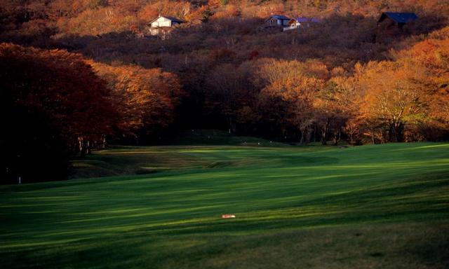 画像: 平らなスタンスを取れるのはティグラウンドのほかは無い。那須GCのゴルフは傾斜のゴルフ