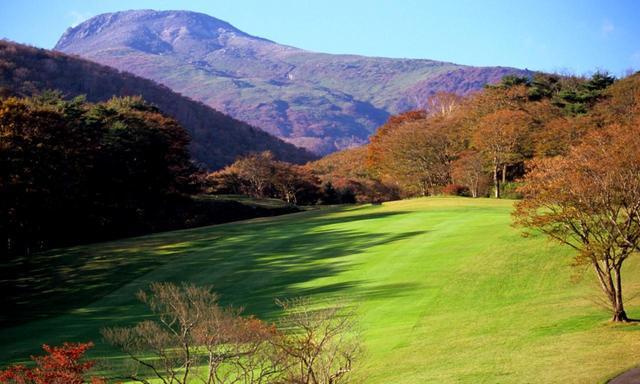 画像: コースの標高は約900m。那須岳の標高は1917ⅿ。秋になると紅葉の借景が見事に!