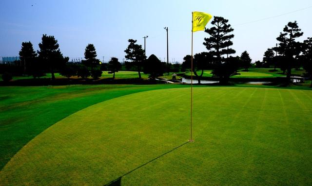 画像: 2番グリーン。20ホール全体に言えるのは風が抜けるホールが多く、風を計算した距離感も大切。グリーンは高麗芝で固め速め