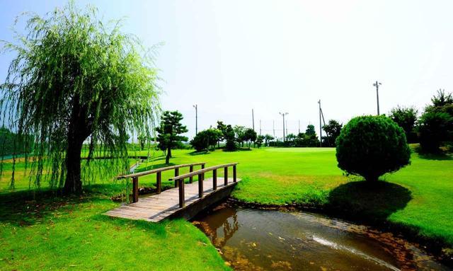 画像: 1番 61Y P3 スタートホールから池越え。ナイスオンして橋を渡りたいですね