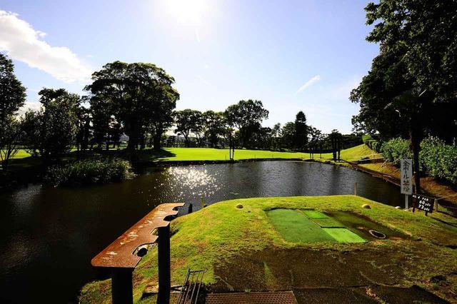 画像: 4番ホール・パー3(102ヤード)ティグラウンドの目の前から池が広がる