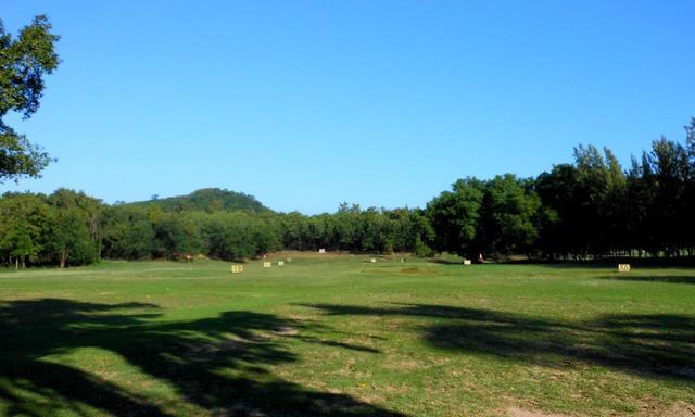 画像: 芝の上から打てるプラクティスレンジ。距離は200Y以上