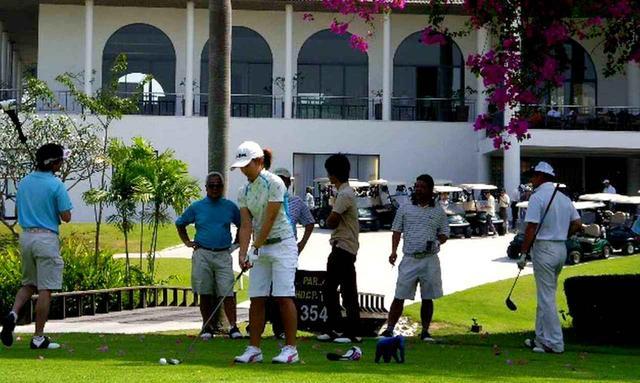 画像: 気候は暑すぎず、ゴルフのベストシーズンです