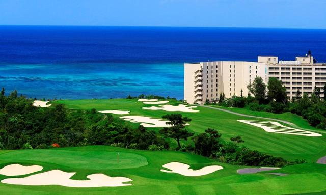 画像: 碧い海と芝生のコントラストは沖縄ならでは!
