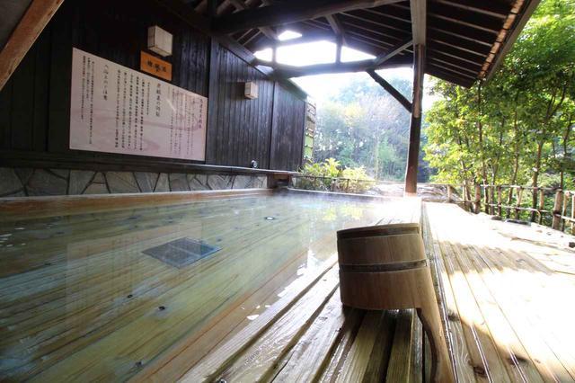 画像: ヒノキの香りが心地よい露天風呂。温泉の効能には疲労回復も含まれ、ラウンドにぴったり