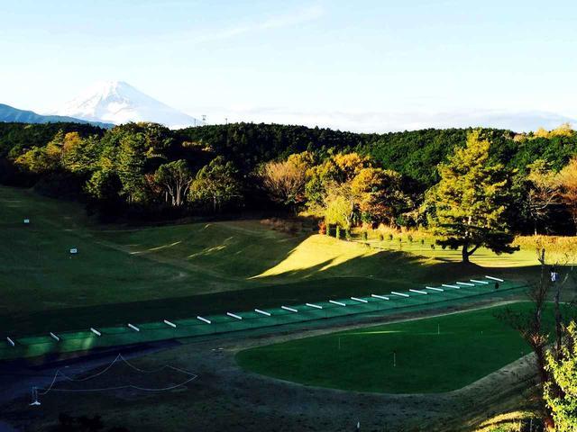 画像: 富士山を望む300ヤード超のドライビングレンジ。大会中は一段前の芝生打席から。トッププレーヤーがずらりと並んで打つ練習風景は圧巻