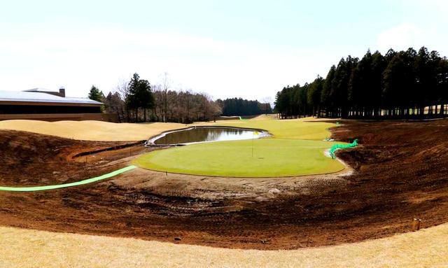 画像: 改造作業中の18番。芝を全面張り替え、池を広げた