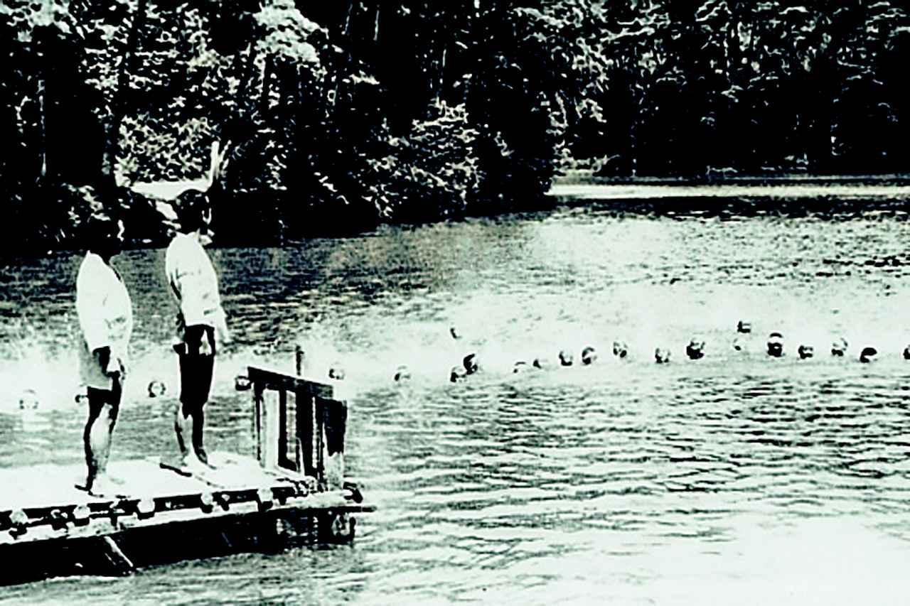 画像: 昭和33年、コース内の池で水泳教室が行なわれた