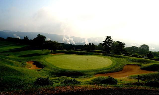 画像: 別府扇山ゴルフ倶楽部 市街から温泉の湯気が立ち上げる