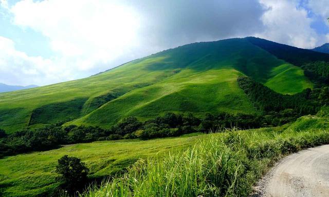 画像: ホール間のカート道から見た岳ケ下山