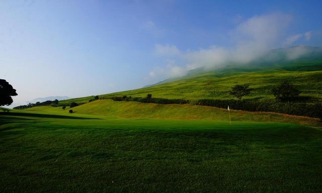 画像: 10番 511Y パー5 別府、大平山の眺望