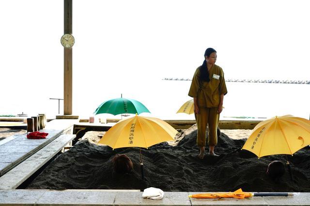 画像: 別府温泉の名物のひとつ「海浜砂場」