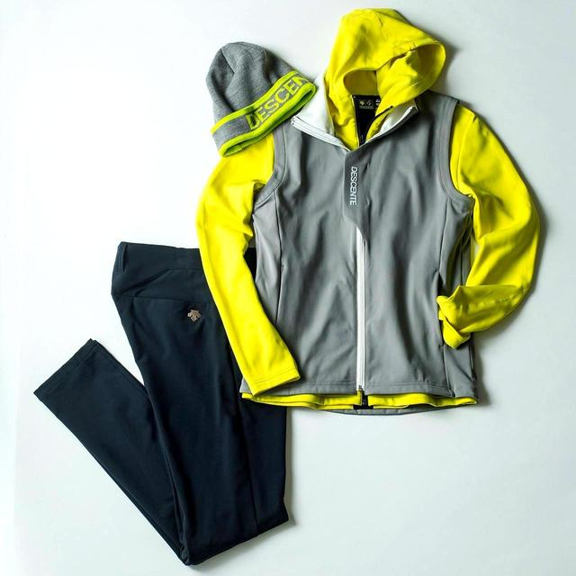 画像: 今季注目の蛍光色を取り入れれば、スタイリッシュなカジュアルスタイルに。パーカー2万円、パンツ1万7000円、ニットキャップ3900円