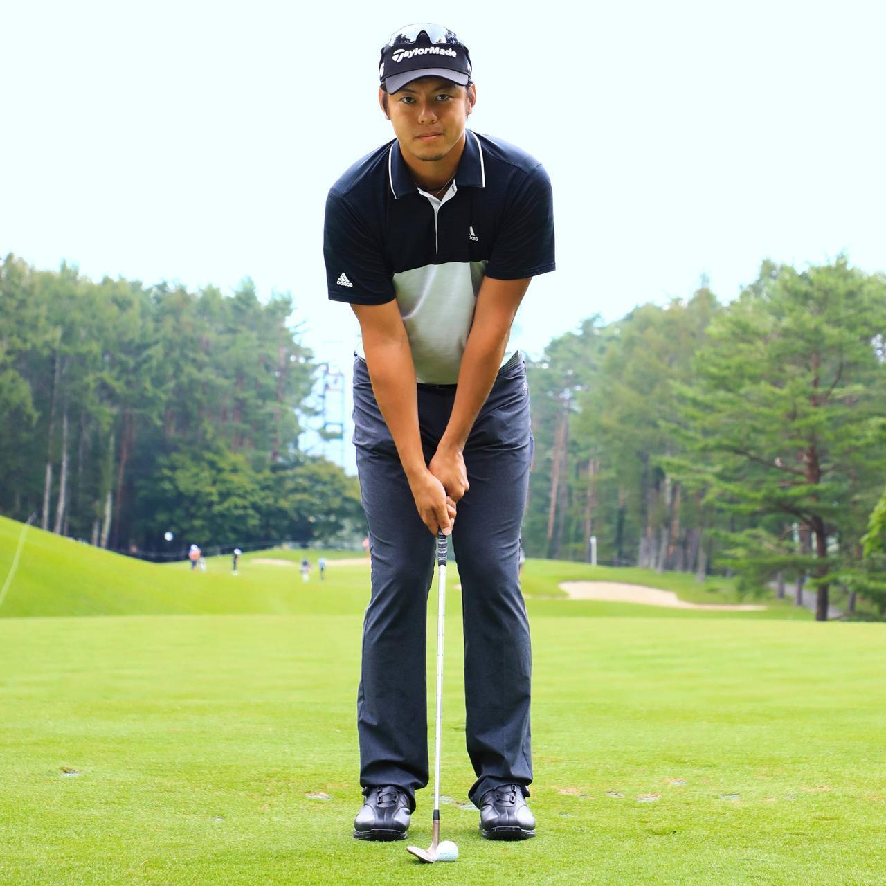 画像: ボールを上げて寄せるときは、グリップエンドが体の中心を指す、ハンドレートの構えに