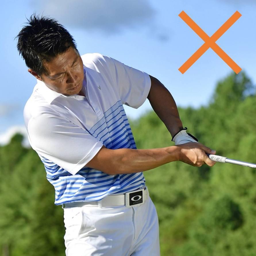 画像: 左ひじを引いてボールを上げる人がいますが、フェースが開きやすく、ミスの元になる