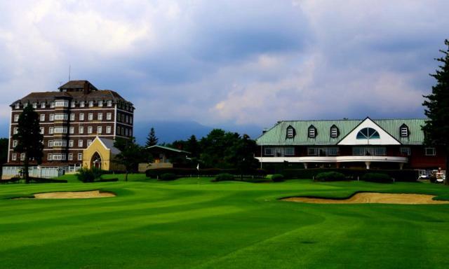画像: ヨーロピアン館(左)とオリエンタル館(右)。目の前にはゴルフコースが広がります