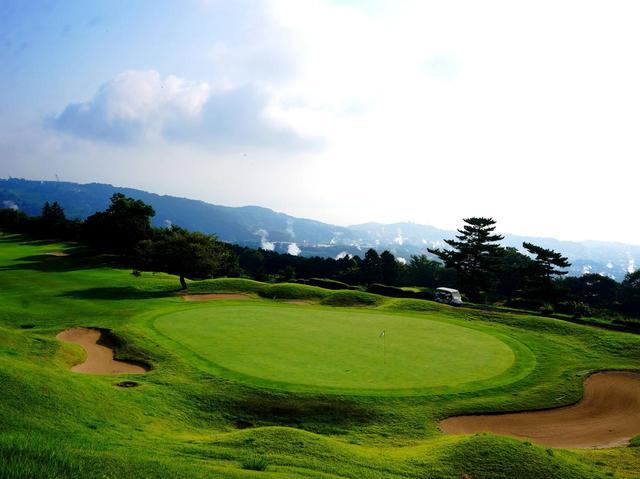 画像: 別府扇山ゴルフ倶楽部 市街から温泉の湯気が上がる