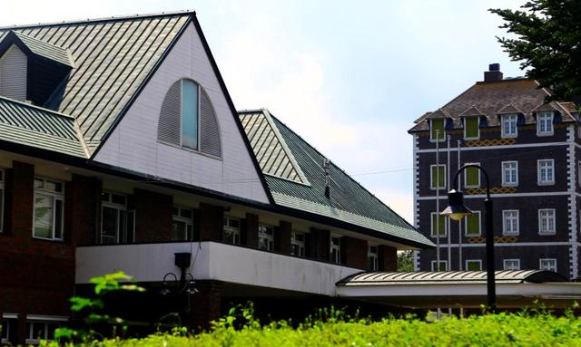 画像: 手前の三角屋根の建物が「オリエンタル館」。奥に見える英国マナーハウス調の建物が「ヨーロピアン館」