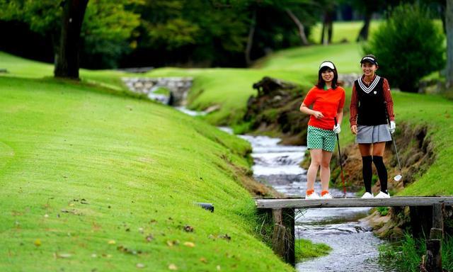 画像: 7番の小川には木橋が掛かっています