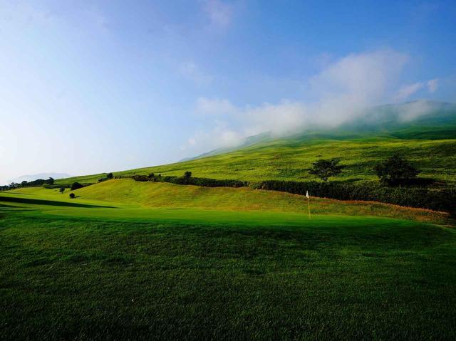 画像: 10番ホール(511ヤード、パー5)大平山の眺望