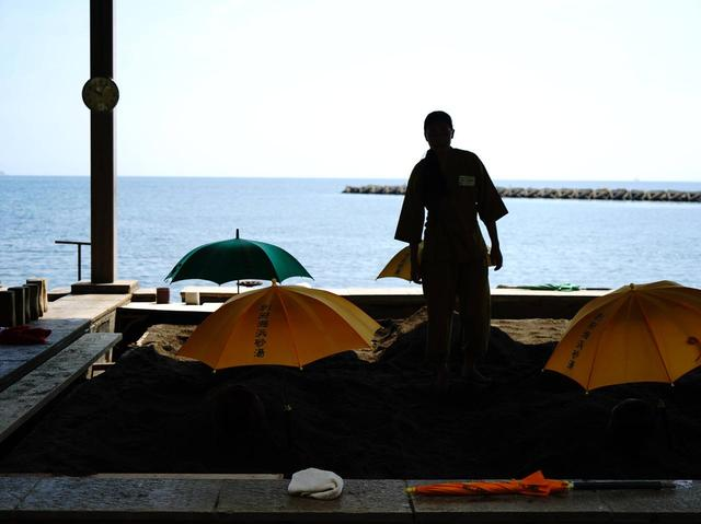 画像: 砂浜の一角にある砂湯には内風呂もある