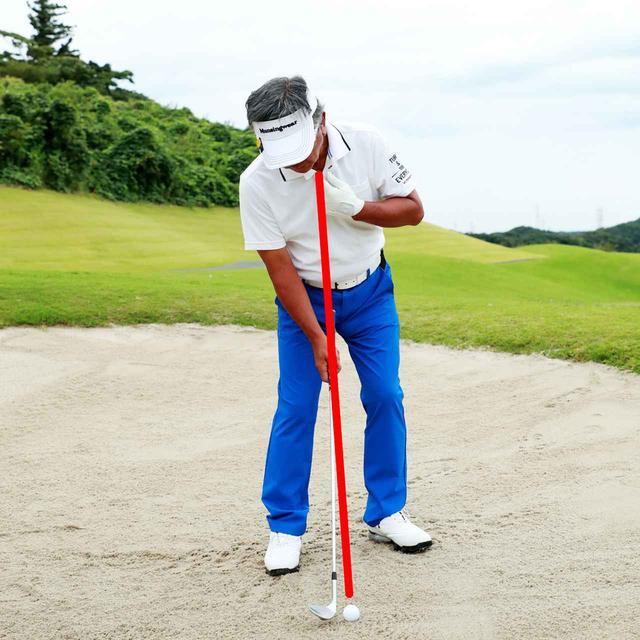 画像: スウィングは円運動なので支点(円弧の中心)を作ったほうがいい。この場合、首の付け根だと考える。首の付け根の真下にボールをセットし、付け根が左右にブレないようにスウィングすれば、ボールだけをとらえやすい