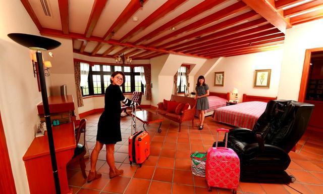画像: ヨーロッパのリゾートコテージを彷彿させるゲストルーム。全室にマッサージチェア付き(右手前)