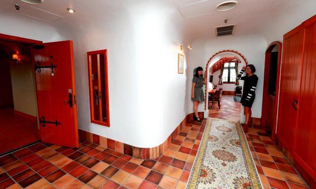 画像: ドアからベッドルームまで広々とした間取りです