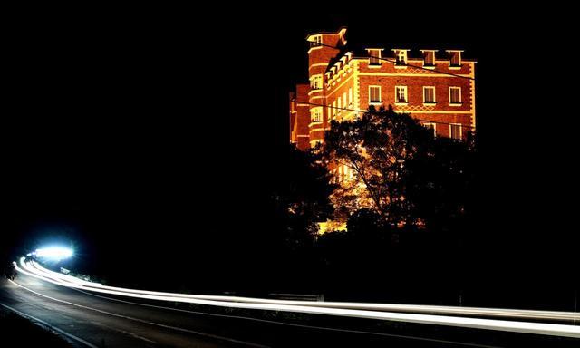 画像: 夜のヨーロピアン館。クルマで向かうと、那須の森から、この洋館がお出迎え