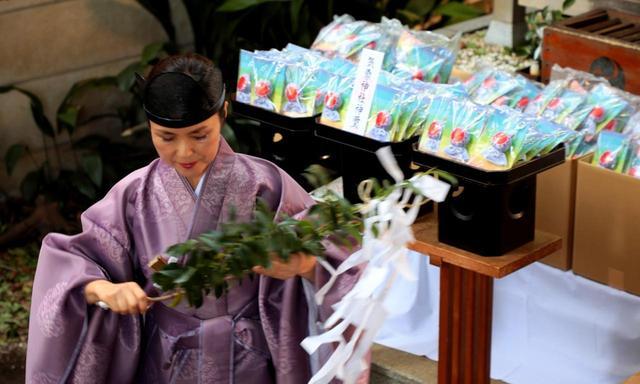 画像: 気象神社宮司の松井美加子さんがご祈祷