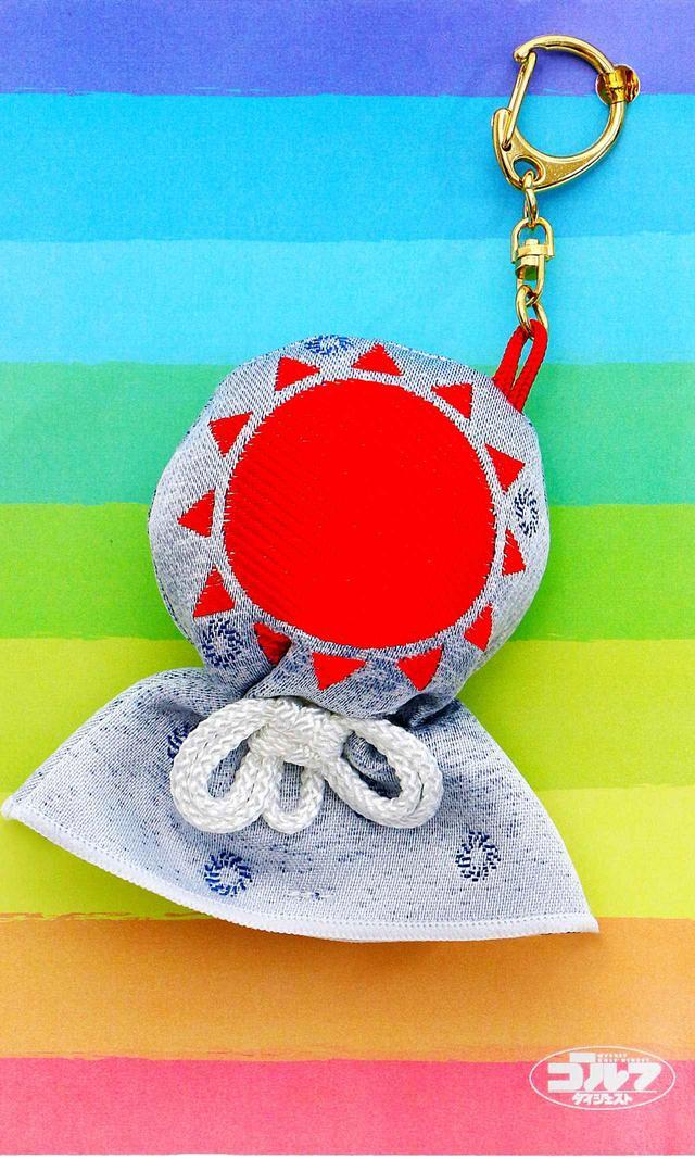 画像: 太陽をモチーフにした刺繍は、ひとつずつ丁寧に手作りしました。空と虹をイメージした台紙とともにお届けします