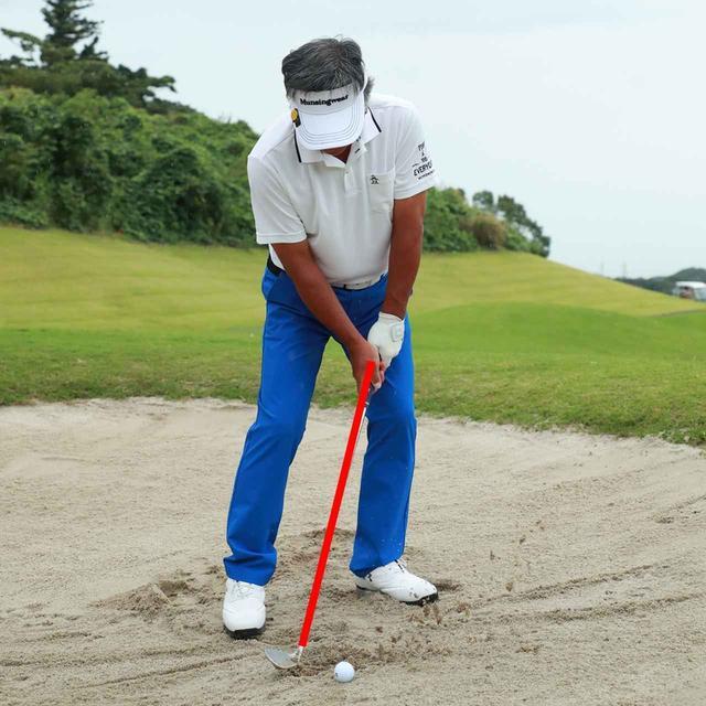 画像: ヘッドが砂に刺さりやすくなるため、ハンドファーストに構えるのは厳禁。写真はNGの見本。バウンスを生かすためにもややハンドレートがよい