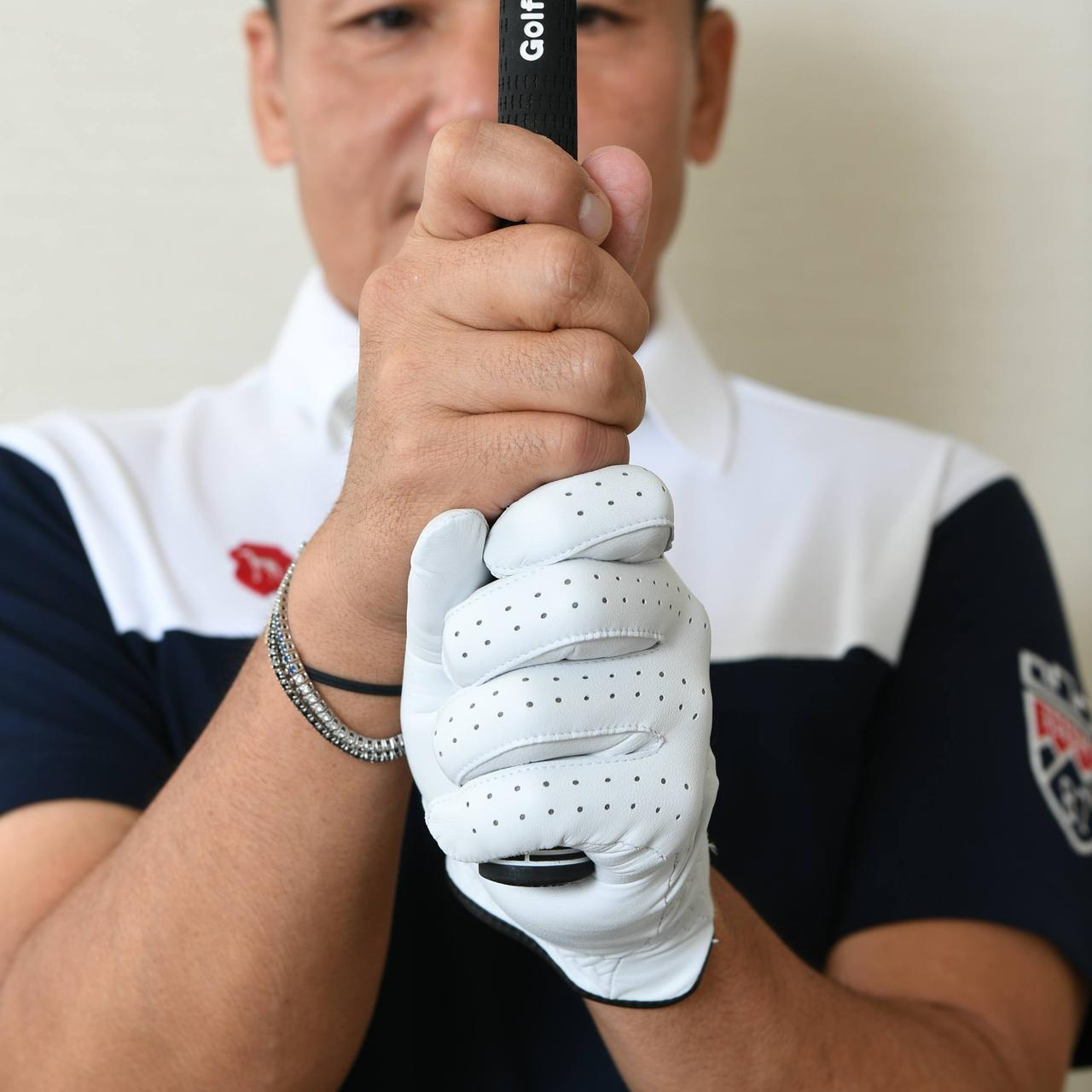 画像: 「左手親指の付け根の痛みにもやさしいグリップを考えたとき、右手はほぼ以前のままの10フィンガーにたどり着いたんだ」