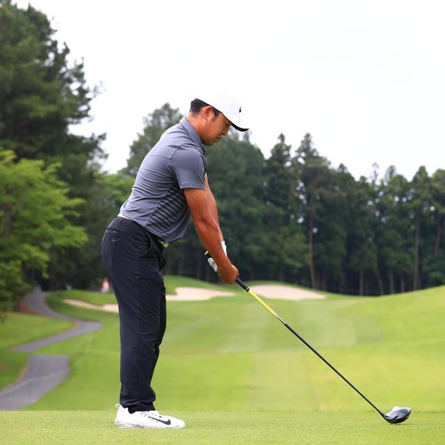 画像: 右手の甲が地面、右手のひらは上を向いている