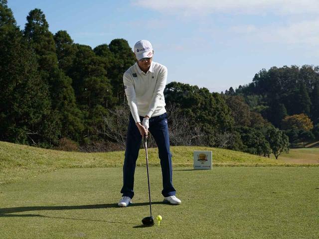 画像: ボールを体の真ん中近くにボールを置いて、右足体重のイメージで振ってみましょう
