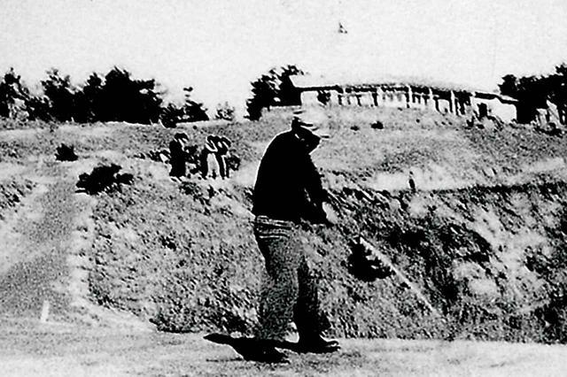 画像: 旧1番ホール(現17番ホール)でショットするゴルファー。昭和29年撮影
