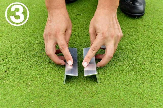 画像: カップインすれば読んだラインは正解。そのラインからずらさないよう、クランプをパター幅に広げる